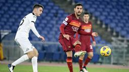 Gelandang AS Roma, Lorenzo Pellegrini (kanan) melepaskan umpan kepada rekannya dalam laga babak 16 besar Coppa Italia 2020/21 di Olimpico Stadium, Roma, Selasa (19/1/2021). AS Roma kalah 2-4 (2-2) dari Spezia melalui extra time. (LaPresse via AP/Alfredo Falcone)