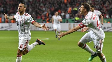 Gelandang Bayern Munchen, Thiago Alcantara, melakukan selebrasi usai mencetak gol ke gawang Bayer Leverkusen pada laga DFB Pokal di Stadion BayArena, Selasa (17/4/2018). Bayern Munchen menang 6-2 atas Bayer Leverkusen. (AP/Martin Meissner)