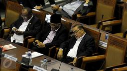 Salah satu anggota DPR tertidur saat Rapat Paripurna Ke-9 di Kompleks Parlemen, Jakarta, Jumat (30/10/2015). Rapat juga dalam rangka pembentukan Panitia Khusus (Pansus) asap.(Liputan6.com/JohanTallo)