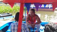 Binaragawan Ade Rai berdiskusi di atas perahu di tengah terik matahari Rawa Pening (Liputan6.com / Edhie Prayitno Ige)