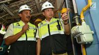 Menteri ESDM Ignasius Jonan dan Dirut PT Perusahaan Gas Negara (PGN) Jobi Triananda Hasjim saat melihat jaringan gas bumi rumah tangga di Kecamatan Prajurit Kulon, Mojokerto, Jawa Timur (13/8). (Liputan6.com/Pool)