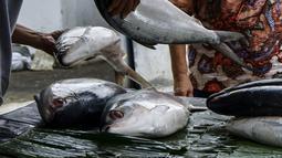 Pedagang ikan bandeng melayani pembeli di kawasan Rawa Belong, Jakarta Barat, Rabu (10/2/2021). Ikan bandeng dipatok dengan harga sekitar Rp 75.000 per kilogram dari yang terkecil hingga terbesar. (Liputan6.com/Johan Tallo)