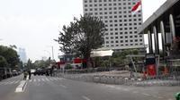 Polisi meningkatkan keamanan dengan memasang kawat berduri di depan Gedung KPK untuk mengantisipasi aksi ricuh. (Fachrur Rozie/Liputan6.com)