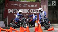 Peserta mengikuti kegiatan safety riding di Track Safety Riding Center PT Wahana Makmur Sejati (WMS) Jatake, Tangerang, Banten, Kamis (11/7/2019). Kegiatan safety riding tersebut dilakukan guna mengedukasi masyarakat terkait berkendara aman. (Liputan6.com/Angga Yuniar)