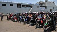Para pemudik bersepeda motor asal Jakarta turun dari KRI Banjarmasin, setibanya di Pelabuhan Tanjung Emas Semarang, Jateng. (Antara)
