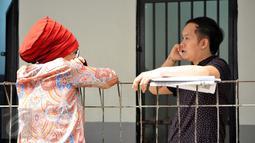 Dorce Gamalama (kiri) saat menjenguk Hengky Kawilarang yang akan menjalani sidang lanjutan di Pengadilan Negeri Jakarta Selatan, Kamis (23/7/2015). Hengky terlibat penggelapan arisan dengan korban Jeng Ana (Liputan6.com/ Panji Diksana)