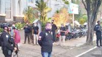 Personel Satbrimob Polda Sulut menjaga ketat Gereja Katedral Manado, Minggu (28/3/2021).
