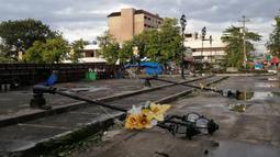 Tiang lampu roboh akibat terjangan topan Phanfone di Ormoc City, Provinsi Leyte, Filipina, Rabu (25/12/2019). Topan membuat jutaan warga di negara yang mayoritas beragama Katolik itu merayakan Natal dengan kesedihan. (RONALD FRANK DEJON/AFP)