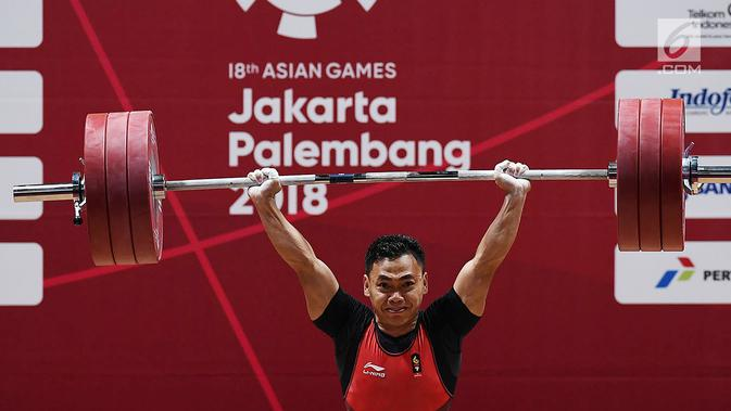 Lifter Indonesia Eko Yuli Irawan melakukan angkatan