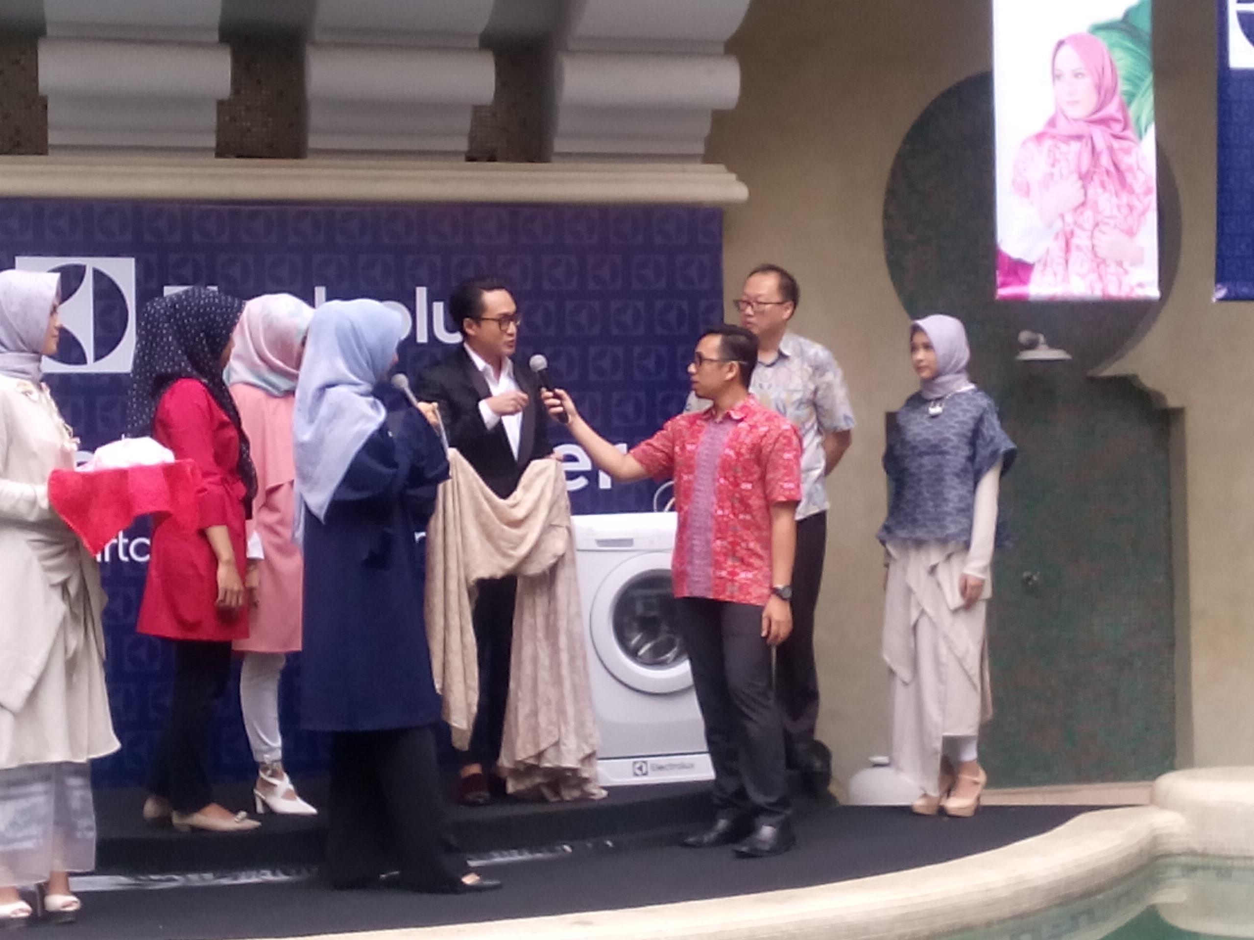 Anda tak perlu lagi mencuci hijab dan batik dengan menggunakan tangan (Liputan6/Vinsensia Dianawanti)