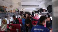Para penumpang merapikan barang bawaanya saat naik kereta api di Stasiun Pasar Senen, Jakarta, Minggu (3/7). H-3 Lebaran, Stasiun Pasar Senen sudah memberangkatkan 11.905 pemudik dengan dengan 16 kereta api. (Liputan6.com/Faizal Fanani)