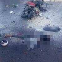 Seorang pria tergeletak di dekat sepeda motor dengan ceceran darah menyusul ledakan bom di halaman Polresta Surakarta, Solo, Jawa Tengah, Selasa (5/7). Bom diledakkan seorang pengendara motor yang berusaha menerobos masuk ke halaman Polresta. (Istimewa)