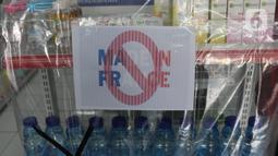 Produk Prancis yang diboikot di sebuah minimarket di Tangerang, Banten, Kamis (5/11/2020). Pemboikotan produk tersebut merupakan bentuk protes dan kecaman terhadap pernyataan Presiden Prancis Emmanuel Macron yang dianggap menghina Nabi Muhammad SAW dan umat Islam. (Liputan6.com/Angga Yuniar)