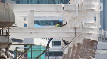 Pekerja melakukan aktivitas pembangunan dan pemasangan penyangga Stasiun LRT di Jalan HR Rasuna Said, Jakarta, Sabtu (30/11/2019). Per 22 November 2019, secara keseluruhan progres pembangunan Kereta Light Rapid Transit (LRT) sudah mencapai 67,56 persen. (Liputan6.com/Helmi Fithriansyah)