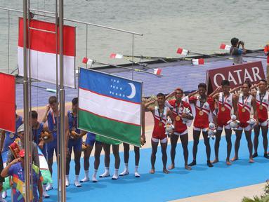Tim dayung Indonesia menyanyikan lagu Indonesia raya pada Asian Games di JSC Lake Jakabaring, Sumatera Selatan, Jumat (24/8/2018). Tim dayung persembahkan emas ke sembilan untuk Indonesia. ANTARA FOTO/INASGOC/Rahmad Suryadi/nym/18