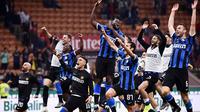 Para pemain Inter Milan merayakan kemenangan atas AC Milan pada laga Serie A di Stadion San Siro, Milan, Sabtu (21/9). Milan kalah 0-2 dari Inter. (AFP/Marco Bertorello)