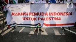 Massa membentangkan spanduk Aliansi Pemuda Indonesia untuk Palestina saat melakukan aksi solidaritas di depan Kedutaan Besar Amerika Serikat, Jakarta, Selasa (18/5/2021). Massa meminta pemerintah Indonesia mampu berkampanye dukung Palestina di depan PBB. (Liputan6.com/Faizal Fanani)