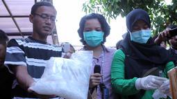 Petugas BNN memperlihatkan barang bukti shabu di lapangan BNN, Jakarta, Kamis ,(7/5/2015). Barang Bukti berupa shabu, ganja, canna chocolate, happy cookies siap dimusnahkan oleh petugas BNN. (Liputan6.com/Helmi Afandi)