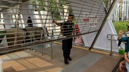 Petugas keamanan Stasiun MTR Bendungan Hilir berjaga saat terjadi pamadaman listrik di Jabodetabek, Jakarta, Minggu (4/8/2019). Listrik padam terjadi akibat gangguan pada sisi transmisi Ungaran dan Pemalang. (Liputan6.com/JohanTallo)