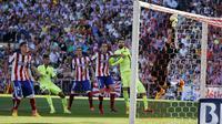 Kiper Atletico Madrid Jan Oblak menepis tendangan bintang Barcelona Lionel Messi (REUTERS/Andrea Comas)