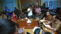 Pelaksana Tugas (Plt) BPKAD Sumut Raja Indra Saleh didampingi Kabag Humas Biro Humas dan Keprotokolan Setdaprov Sumut Muhammad Ikhsan memberikan keterangan pers