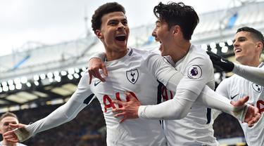 Gelandang Tottenham, Dele Alli, merayakan gol yang dicetaknya ke gawang Chelsea pada laga Premier League di Stadion Stamford Bridge, London, Minggu (1/4/2018). Chelsea kalah 1-3 dari Tottenham. (AFP/Glyn Kirk)