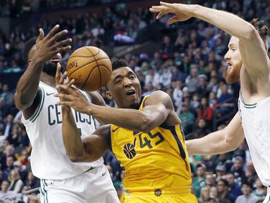 Pemain Utah Jazz, Donovan Mitchell (45) berusaha melewati adangan para pemain Boston Celtics pada lanjutan NBA basketball game di TD Garden, Boston, (15/12/2017). Utah Jazz menang 107-95. (AP/Michael Dwyer)