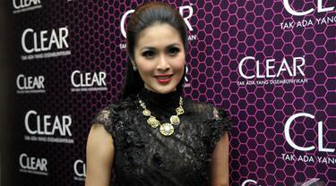 Sandra Dewi tampil percaya diri dengan rambut panjangnya yang tak berketombe, di Empirica Lounge, SCBD, Jakarta Pusat, Kamis (13/11/2014) (Liputan6.com/Panji Diksana)