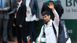 Petenis Serbia, Novak Djokovic menyapa suporternya usai bertanding melawan petenis Austria Dominic Thiem di perempatfinal Prancis Terbuka di stadion Roland Garros, Paris (7/6). Djokovic kalah 7-6, 6-3, 6-0.  (AFP Photo/Eric Feferberg)
