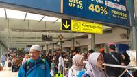Hari kedua Idul Fitri 1440 Hijriah, Stasiun Senen masih ramai didatangani oleh para pemudik yang akan menggunakan moda transportasi kereta api. (Merdeka/Intan Umbari Prihatin)