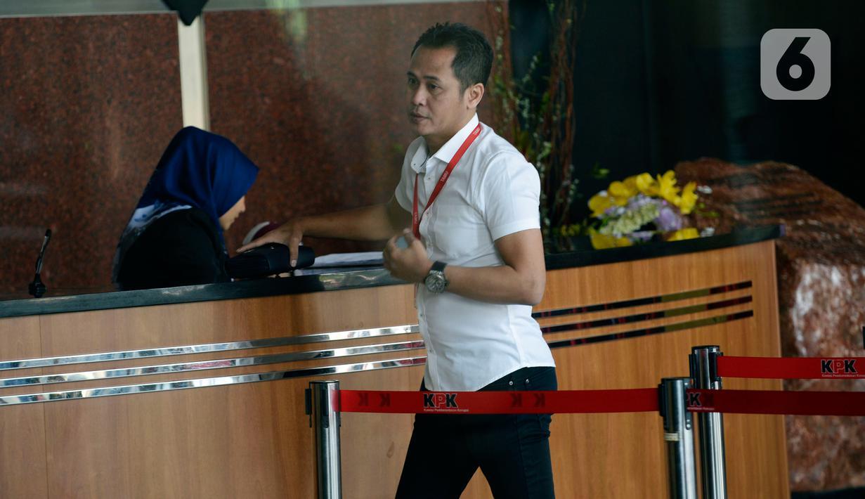 Advokat PDIP, Donny Tri Istiqomah memenuhi panggilan penyidik KPK di Jakarta, Rabu (12/02/2020). Donny Tri Istiqomah dipanggil sebagai saksi terkait kasus dugaan suap penetapan pergantian antarwaktu (PAW) anggota DPR untuk tersangka mantan Komisioner KPU Wahyu Setiawan. (merdeka.com/Dwi Narwoko)