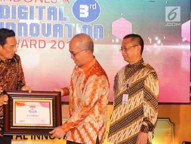 Dirut Bank DKI, Kresno Sediarsi (kedua kanan) menerima penghargaan Innovative Company in Digital Financial Services kategori Bank Pembangunan Daerah ) pada Indonesia Digital Innovative Awards 2018 di Jakarta,Jumat (25/05). (Liputan6.com/Pool/Budi)