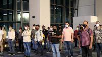 Imigrasi mendeportasi WN India dari Bandara Soekarno-Hatta. (Liputan6.com/Pramita Tristiawati)