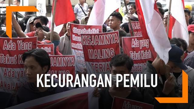 Tolak pemilihan curang di luar negeri, Pemuda Merah Putih unjuk rasa depan KPU. Mereka menuntut KPU mengusut kasus tersebut.