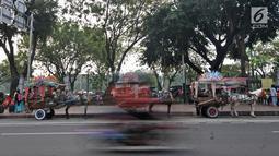 Sejumlah kusir delman menunggu penumpang di kawasan Monas, Jakarta, Selasa (3/7). Pemprov DKI Jakarta melarang delman beroperasi di Jakarta Pusat mulai 1 Agustus hingga 30 September 2018. (Merdeka.com/Iqbal Nugroho)