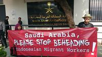 Massa aksi yang tergabung dalam organisasi pegiat buruh migran mengecam hukuman pancung pemerintah Arab Saudi terhadap Zaini Misrin, buruh migran Indonesia asal Madura (Liputan6.com/Nanda)