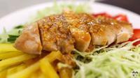 Salad dengan olahan dada ayam. (dok. tangkapan layar YouTube/Aaron and Claire)