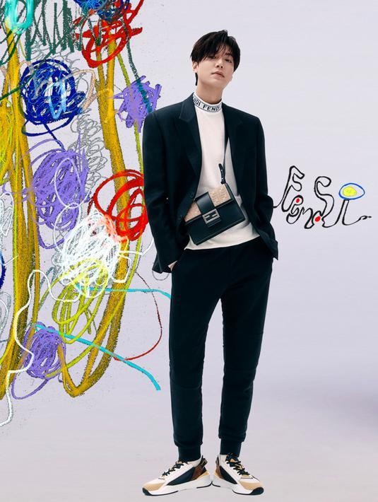Tampil keren tanpa perlu ribet, padukan white longsleeve, setelan jas hitam, dan sepatu sneakers seperti yang dikenakan aktor Lee Min Ho yang satu ini. (FOTO: doc. FENDI).