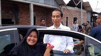 ibu-ibu foto depan mobil Jokowi (foto: twitter/@airin_NZ)