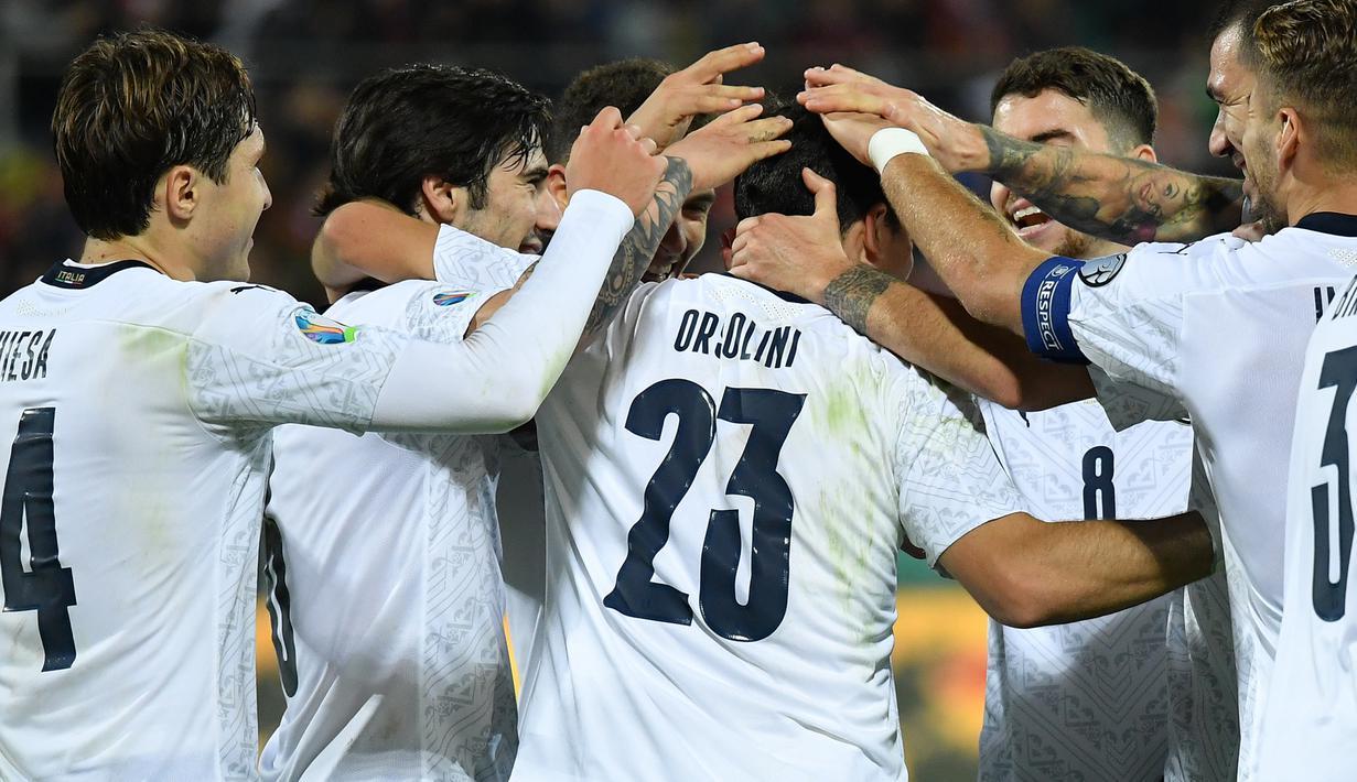 Para pemain Italia merayakan gol yang dicetak Riccardo Orsolini ke gawang Armenia pada laga Kualifikasi Piala Eropa 2020 di Stadion Renzo Barbera, Palermo, Senin (18/11). Italia menang 9-1 atas Armenia. (AFP/Andreas Solaro)
