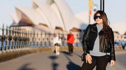 Selain itu, ia juga sering liburan ke beberapa negara. Wanita keturunan Bulgaria-Maluku ini selalu tampil elegan meski menggunakan outfit simpel. Seperti saat mengunjungi Australia, ia memadukan jaket hitam dengan kaus abu-abu. Lengkap dengan kacamata hitam. (Liputan6.com/IG/@ivanova.regina)