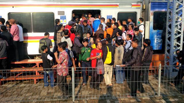 Penumpang Misterius BAB di KRL Bekasi, Gerbong Perempuan