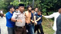 Warga turut membantu polisi menangkap sekitar 200 tahanan kabur dari Rutan Pekanbaru di Jalan Sialang Bungkuk. (Liputan6.com/M Syukur)