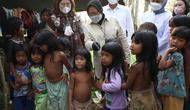 Menteri Sosial Tri Risamaharini saat meninjau perekaman data NIK-eKTP warga KAT- Suku Anak Dalam (SAD) di balai Desa Simpang Jelutih pada Rabu (10/3).