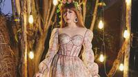 Mengenakan gaun panjang dengan motif bunga-bunga, wanita bernama lengkap Adiezty Fersa Putri Zahari ini terlihat menawan bak putri raja. Penampilannya kali ini pun didukung dengan aksesoris flower crown yang membuatnya terlihat makin sempurna. (Liputan6.com/IG/adieztyfersa)