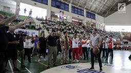 Wagub DKI Jakarta Sandiaga Uno bersiap menembakan bola usai membuka pelatihan pendidikan Basket di Gor Ciracas, Jakarta, Rabu (24/1). Pendidikan basket ini diberikan kepada lebih dari 5.000 guru olahraga dari 3.000 sekolah. (Liputan6.com/Faizal Fanani)