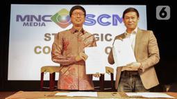 CEO PT Surya Citra Media Tbk Sutanto Hartono (kiri) dan Direktur Utama PT Media Nusantara Citra Tbk David Fernando Audy usai menandatangani MoU kerja sama di Jakarta, Kamis (12/12/2019). SCM dan MNC menjalin kerja sama untuk meningkatkan sektor bisnis. (Liputan6.com/Faizal Fanani)