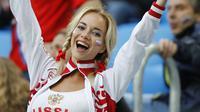 Ekspresi fans cantik Rusia setelah timnya menang atas Mesir pada Piala Dunia 2018 di St. Petersburg stadium, St. Petersburg, Rusia, Rusia (19/6/2018). Rusia menang 3-1. (AP/Efrem Lukatsky)