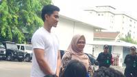 Putra bungsu Presiden Jokowi, Kaesang Pangarep dan putri bungsu Ma'ruf Amin, Siti Haniatunnisa di RSPAD (Liputan6.com/ Yunizafira Putri)