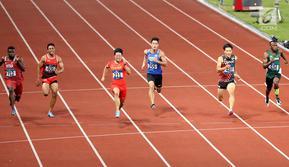 Sprinter Indonesia, Lalu Muhammad Zohri (kedua kiri) saat lari nomor 100 meter putra pada final atletik Asian Games 2018 di Stadion Utama GBK, Jakarta (26/8). Lalu Muhammad Zohri finis diurutan ketujuh. (Liputan6.com/Fery Pradolo)